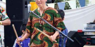 房州ジンベクラブに所属し、アフリカの太鼓を演奏するきぬちゃん